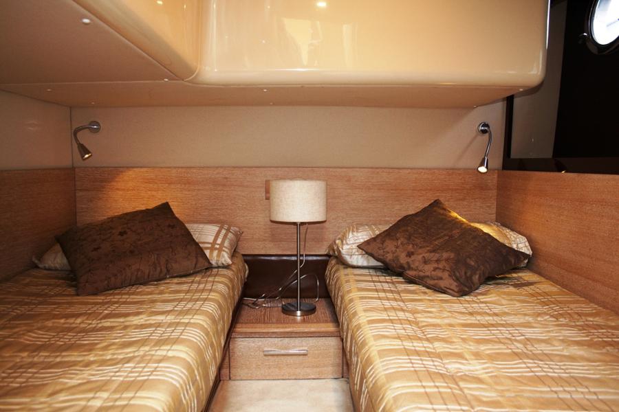 Yacht charter Azimut 47